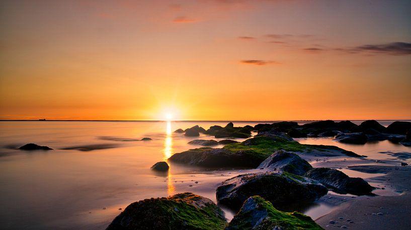Felsüberflutung Sonnenuntergang Katwijk aan Zee von Wim van Beelen
