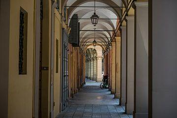 romantischer Spazierweg mit Arkaden im italienischen Modena von Patrick Verhoef