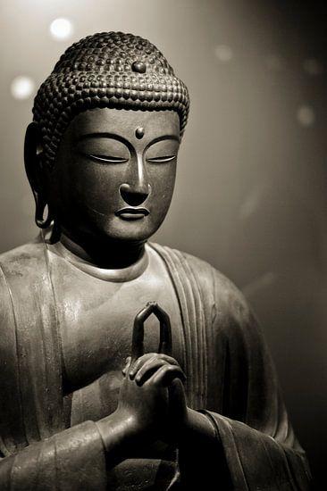 Hoofd van een stenen Buddha beeld in sepia