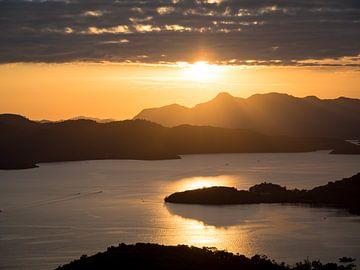 Zonsondergang boven de baai van Coron Palawan Filipijnen van Rik Pijnenburg