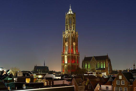 Vanwege het verschijnen van het nieuwe Domtorenboek (van de makers van Bouwdomtoren) kleurde de toren rood-wit!   Het is een heel andere toren dan iedereen kent, de roodwitte Domtoren. Tijdens de eerste grote restauratie van de toren in 1519-1525 werd de lantaarn met verfkrabbers schoongemaakt en daarna met ruim 2000 kilo loodwit beschilderd. De achtervlakken in de eerste vierkanten waren daarentegen rood geschilderd. Mogelijk zag de toren er ook al zo uit in 1382 en werd hij nu alleen opnieuw opgeschilderd. En voor wie het niet zo snel bedenkt: rood en wit zijn natuurlijk de kleuren van Sint-Maarten?  De foto is gemaakt in de avondschemering van 9 maart 2014.  Donker Utrecht. Zo heet mijn serie foto's van Utrechtse plekken na zonsondergang. De meeste Donker Utrecht foto's zijn geschoten in de avondschemering.  http://www.donkerutrecht.nl