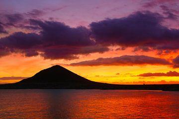 Zonsondergang achter de berg bij de Atlantische Oceaan van Ines Porada
