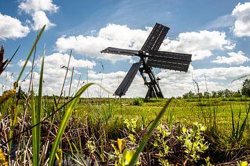 Hollandse wolkenlucht boven landschap met windmolen van Fotografiecor .nl