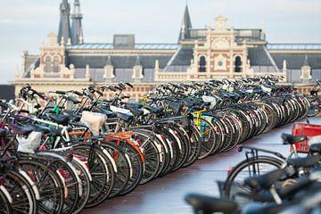 Geparkeerde fietsen bij het Centraal Station Amsterdam van Ivonne Wierink