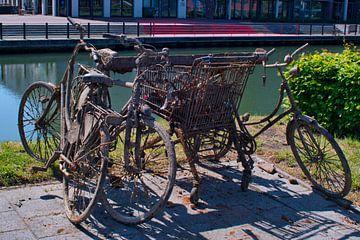 Opgeviste en roestige fietsen uit het kanaal van J..M de Jong-Jansen