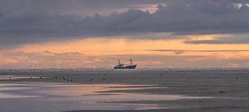 Vissersboot bij zonsopkomst van René van Leeuwen