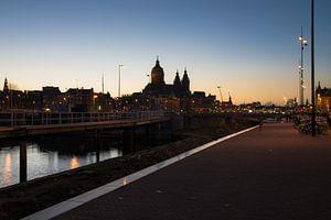 Amsterdam bij avondlicht van