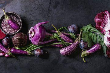 SF12406038 Nature morte de fruits et légumes violets sur un fond sombre sur BeeldigBeeld Food & Lifestyle