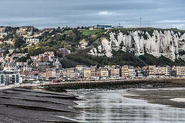 Zicht op het Franse havenplaatsje Le Tréport , Normandië, vanaf Mers Les Bains van Harrie Muis