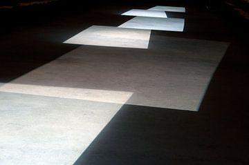 abstract: lichtspel op een theatervloer van