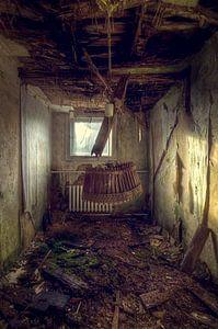 Bleib für einen Moment hängen – verfallenes Hotelzimmer