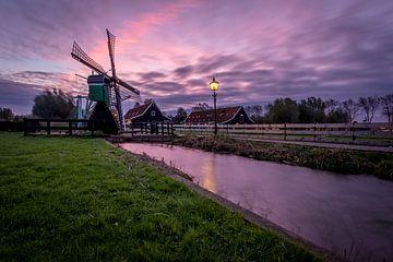 Zaanse Schans - Sonnenaufgang - Mühle - Wasser - Rosa von Fotografie Ploeg