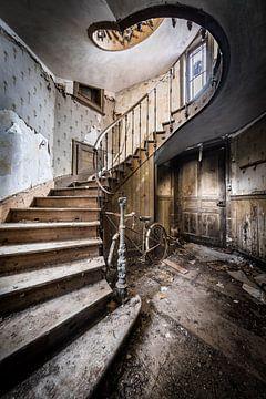 Escalier à bicyclette dans le hall sur Inge van den Brande