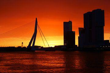 Oranje lucht in Rotterdam van Michel van Kooten