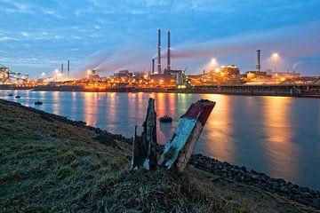 Avond valt over Tata Steel / IJmuiden van