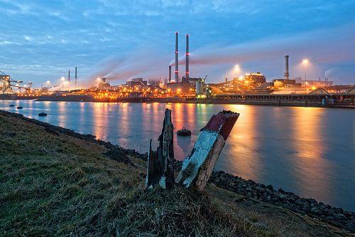 Avond valt over Tata Steel / IJmuiden