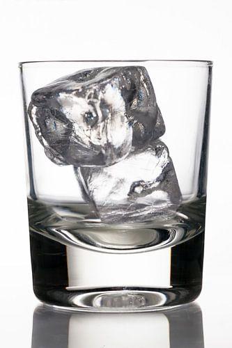 glas met ijsblokjes van