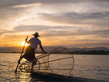 Visser en zonsondergang bij Inle Lake, Myanmar van Teun Janssen