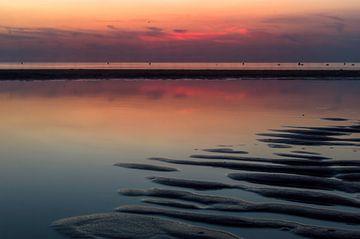 Vlak na zonsondergang op het strand van Richard Steenvoorden