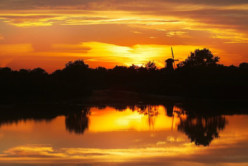 ? Daar bij die molen ..........? Zonsondergang molen water van R Smallenbroek