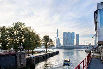 Watertaxi in de ochtend met de Erasmusbrug op de achtergrond van Peter de Kievith Fotografie