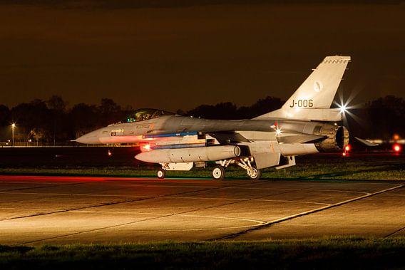 F-16 bereid zich voor op een nachtelijke missie