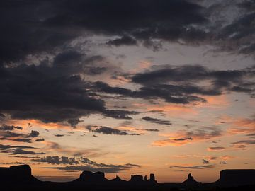 Monument Valley silhouet van Pieter Gordijn