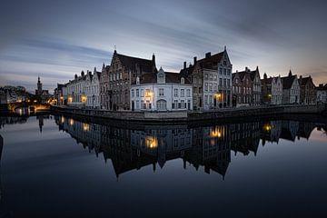Belgie - Brugge - de spiegelrei tijdens het blauwe uurtje van