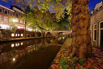 Oudegracht in Utrecht met de Weesbrug  sur Donker Utrecht