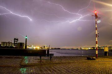 Onweer bij Vlaardingen. van Angelo de Bruin