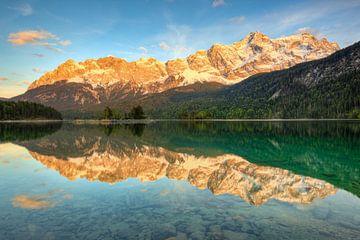 Alpenglühen am Eibsee von Michael Valjak