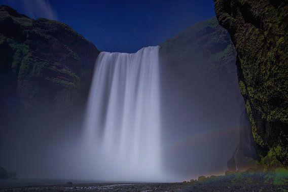 Skogafoss waterval met regenboog, IJsland van Pep Dekker