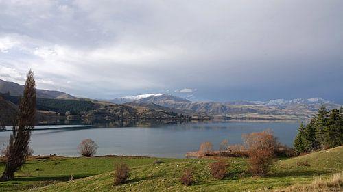Donkere lucht boven Lake Aviemore in Nieuw Zeeland van