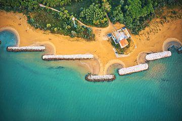 De vuurtoren van Bibione in Italië aan de turkooizen zee van de Adriatische Zee van Capture ME Drohnenfotografie