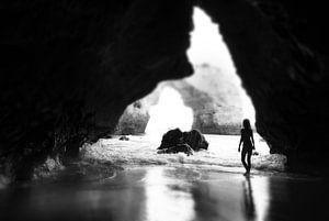 Portugal, Algarve, meisje in zeegrot, zwart-wit van Robert-Jan van Lotringen