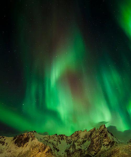 Noorderlicht boven de bergen van Karla Leeftink