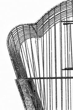 Abbildung eines Ausschnitts eines Brocante-Vogelkäfigs in Schwarz-Weiß. von Therese Brals