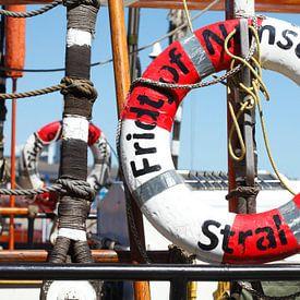 Reddingsgordel van zeilschip Fridtjof Nansen, Wismar, Mecklenburg-Vorpommern, Duitsland, Europa van Torsten Krüger