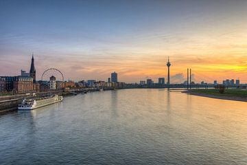 De skyline van Düsseldorf van Michael Valjak