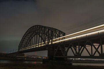 Spoorbrug met passerende trein, long exposure