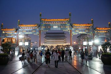 Qianmen Shopping Straat, Toren en Ceremonieele Boog 01 Avond van Ben Nijhoff
