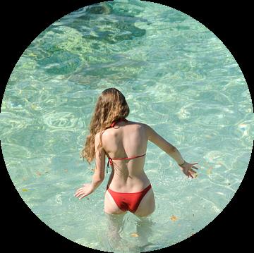 Jonge vrouw gaat voorzichtig het water in van Lars-Olof Nilsson