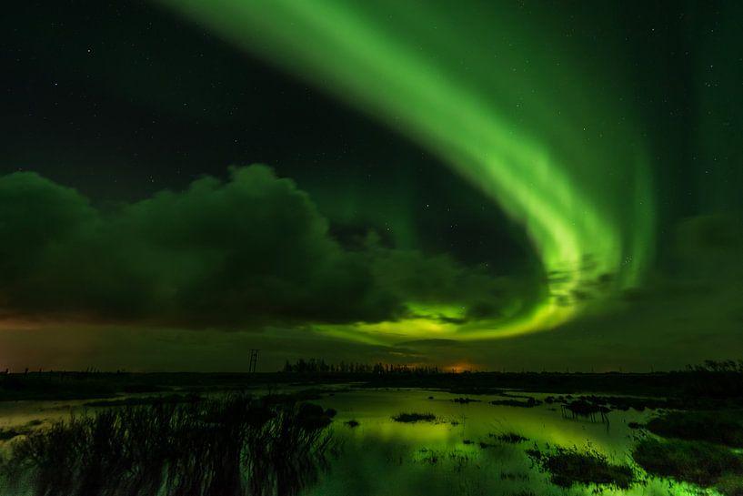 Aurora Borealis reflecteerd in een ven van Gerry van Roosmalen