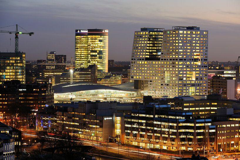 Stationsgebied van Utrecht met Rabotoren, station en stadskantoor van Donker Utrecht