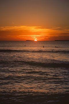 Mentawai surft bei Sonnenuntergang