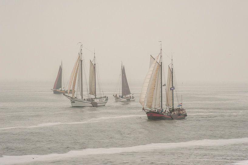 Oude schepen op de Waddenzee van Margreet Frowijn