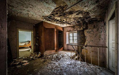 Slaapkamer in vervallen huis van Inge van den Brande