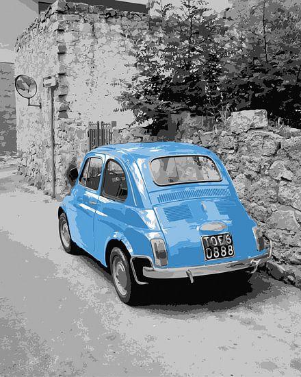 FIAT 500 en bleu clair dans une scène de rue en noir et blanc