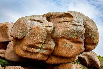 Een rots in de vorm van twee gezichten. WoutKok One2expose. van Wout Kok