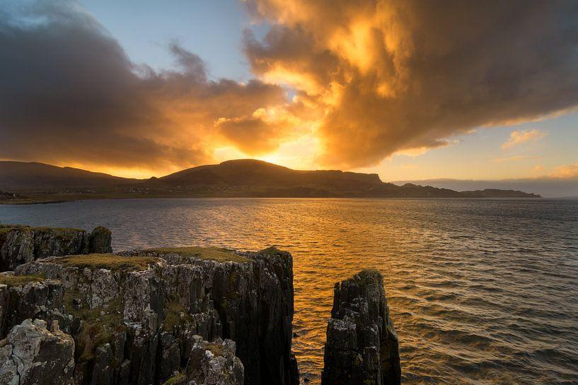 Sonnenuntergang Staffin Bay, Insel Skye von Jos Pannekoek